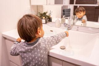 彼の歯を磨く少年の写真・画像素材[1712938]