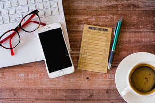 木製テーブルの上に座っているラップトップ コンピューターの写真・画像素材[1752525]