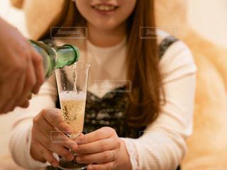 テーブルの上のビールのガラスを保持している女性の写真・画像素材[1808793]