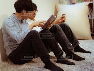 男とソファの上に座っている女性の写真・画像素材[1809084]