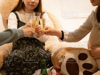 ワインのグラスを持っている人の写真・画像素材[1809086]