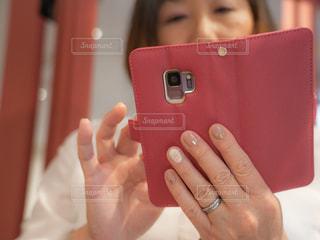 携帯電話を持つ手の写真・画像素材[1809665]