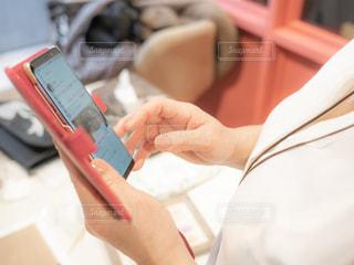 携帯電話を持つ手の写真・画像素材[1809667]