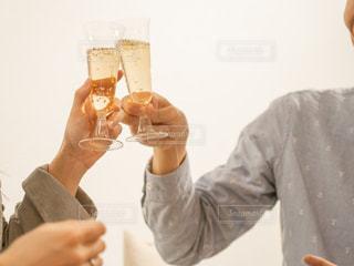 ワインのグラスを持っている人の写真・画像素材[1809672]