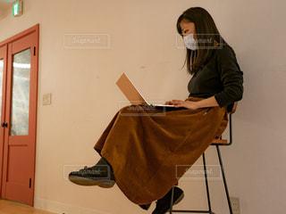 ノート パソコンの前に立っている人の写真・画像素材[1809683]