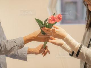 それの花と花瓶を持っている手の写真・画像素材[1809684]
