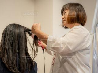 女性の髪をかきあげるの写真・画像素材[1809691]