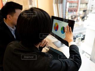 ノート パソコンを見ている人々 のグループの写真・画像素材[1809699]