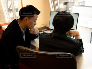 ノート パソコンを見ている人々 のグループの写真・画像素材[1809923]