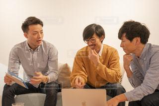 ノート パソコンを見ている人々 のグループの写真・画像素材[1809925]