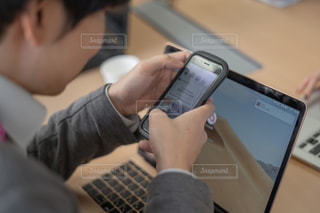 携帯電話を使用している人の写真・画像素材[1854099]
