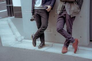 歩道の上に立っている人の写真・画像素材[1854110]