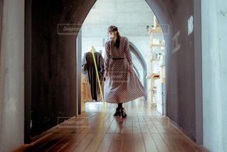 ドアの前に立っている人の写真・画像素材[1856076]