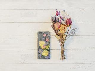 テーブルの上の花の花瓶の写真・画像素材[1862878]