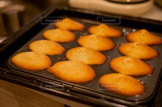 ストーブの上のオーブンの食べ物の鍋の写真・画像素材[2106219]