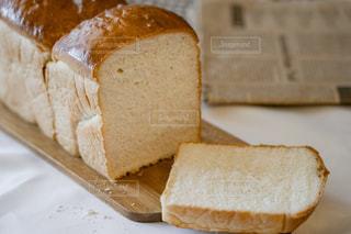 サンドイッチを半分に切るの写真・画像素材[2106224]