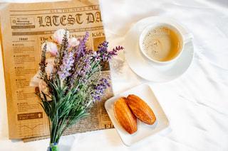 食べ物の皿とコーヒー1杯の写真・画像素材[2121272]
