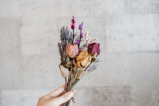 花を持っている手の写真・画像素材[2179501]