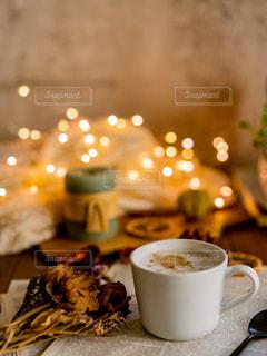 テーブルの上でコーヒーを一杯飲むの写真・画像素材[2506914]