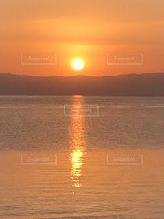 水の体に沈む夕日の写真・画像素材[957146]