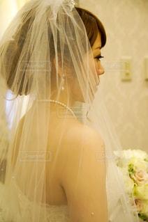 カメラにポーズ鏡の前に立っている女性の写真・画像素材[1137603]