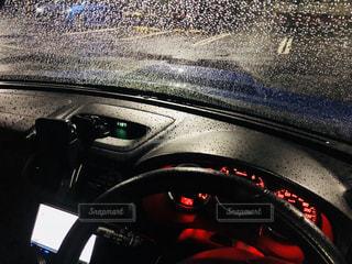 雨の日の運転席の写真・画像素材[2120172]