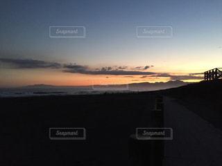 水の体に沈む夕日の写真・画像素材[755179]