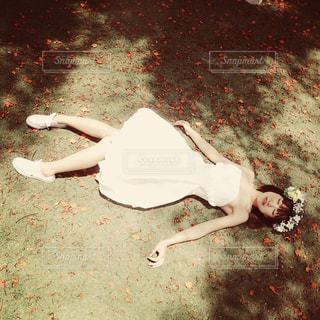 地面に横になっている人の写真・画像素材[1029429]