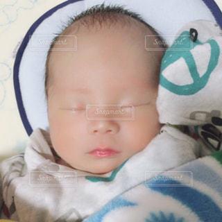 赤ん坊を持っている人の写真・画像素材[1750384]