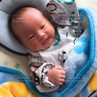 赤ん坊を持っている人の写真・画像素材[1750385]