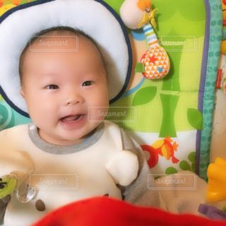 赤ん坊を持っている人の写真・画像素材[1846223]