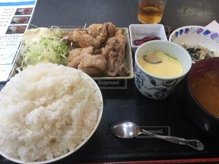 大盛りご飯の唐揚げ定食の写真・画像素材[520853]