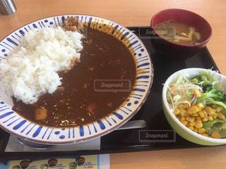 テーブルの上の皿の上に食べ物のボウルの写真・画像素材[736432]