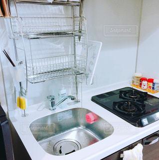 シンクとコンロ付きのキッチンの写真・画像素材[1000352]