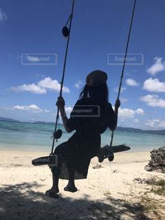 海が見えるブランコの写真・画像素材[692328]