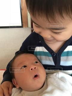 若い男の子と赤ん坊を保持の写真・画像素材[1257018]
