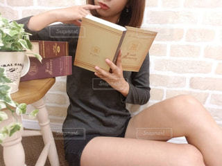 本を読んでいる女の写真・画像素材[795523]