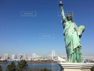 お台場 自由の女神とレインボーブリッジの写真・画像素材[1182904]