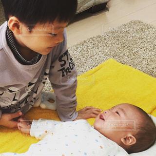 若い男の子と赤ん坊を保持 - No.782037