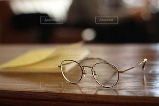 テーブルとめがねの写真・画像素材[972960]