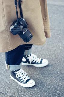 カメラとスニーカーの写真・画像素材[972968]