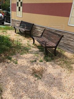 草の中に座って空の公園ベンチ - No.737939