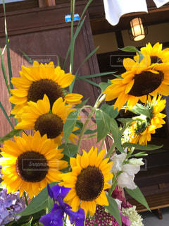 黄色い花の上に座って花の花瓶の写真・画像素材[1277800]