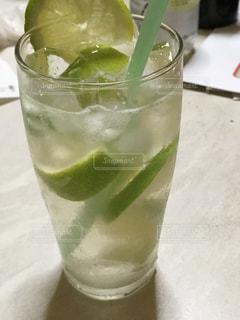 近くのテーブルの上のガラスのコップで飲み物をの写真・画像素材[1648358]