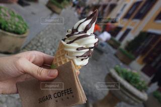 アイスクリームを持っている手の写真・画像素材[851311]