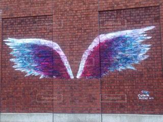 赤レンガの壁と建物の側に落書きの写真・画像素材[758718]