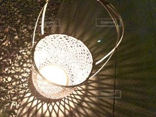 近くにランプのアップの写真・画像素材[923029]