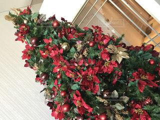 クリスマス ツリーの横にある花の花瓶の写真・画像素材[923129]