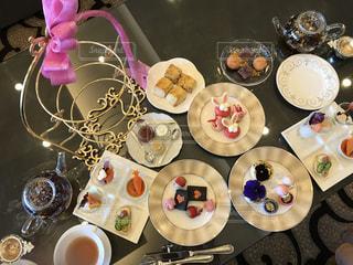 テーブルの上に食べ物のプレートの写真・画像素材[1019206]