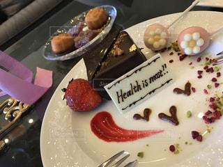 チョコレート ケーキをのせた白プレートの写真・画像素材[1019212]